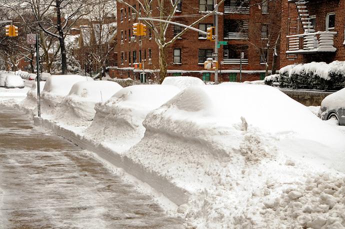 Coches tapados por la nieve, solo se ven las antenas