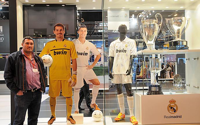 Mario Cruz Leo junto a una vitrina con algunos de los trofeos del Real Madrid C.F