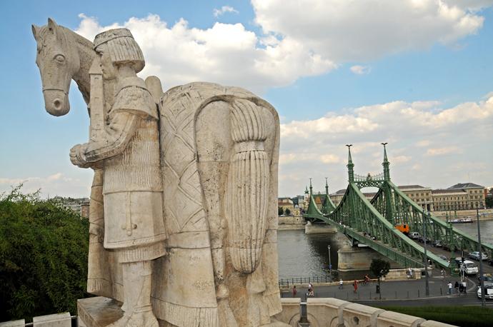 Budapest Colina de Gellert junto Puente de la Libertad