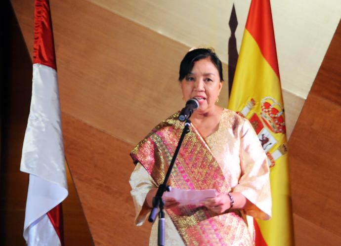 Embajadora de Indonesia Sra. Yuli Mumpumi. Opera Siti Manggopoh La Leona se Sumatra Occidental